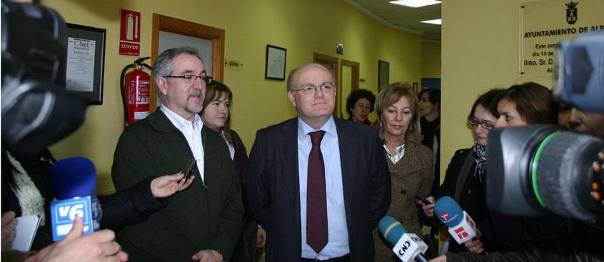 el presidente de la diputación visita el centro de esclerosis múltiple