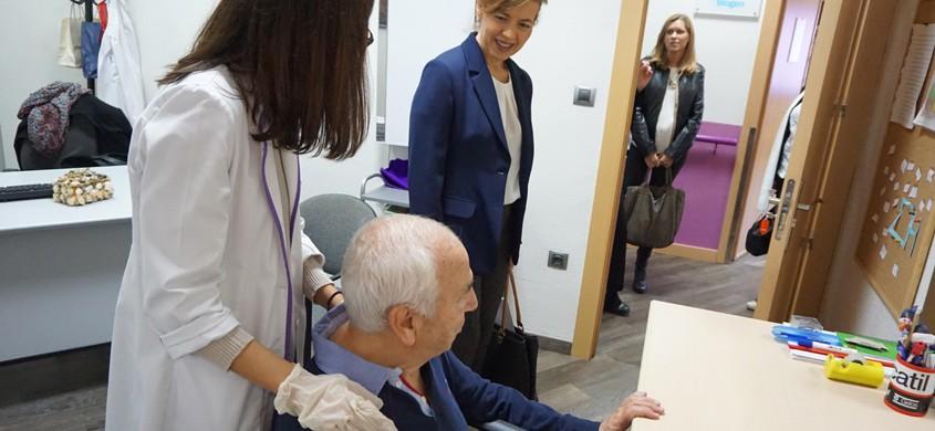 La Consejera de Bienestar Social visita Esclerosis Múltiple