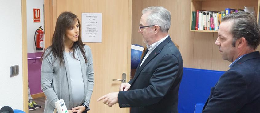 La concejal del ayuntamiento visita el centro de esclerosis múltiple