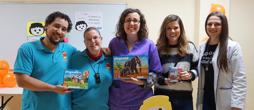 Playmobil entrega juguetes a los niños de la Asociación de Esclerosis Múltiple