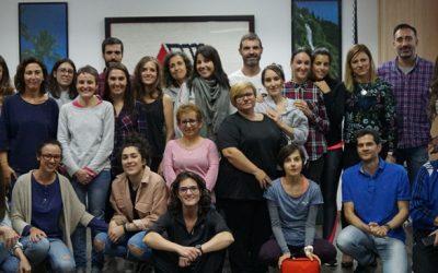 El equipo de profesionales del Centro de Esclerosis Múltiple recibe un curso de reciclaje de RCP y DESA