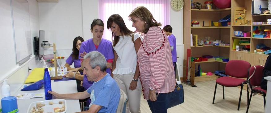 María Gil y LLanos Navarro visitan el centro de esclerosis múltiple