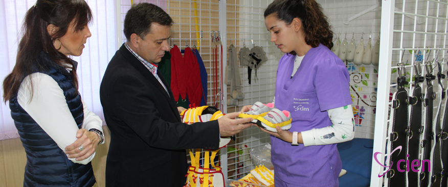 el alcalde visita el centro de esclerosis múltiple