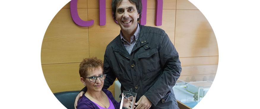 Enrique Fuentes recoge el premio entregado por la Asociación de Esclerosis Múltiple