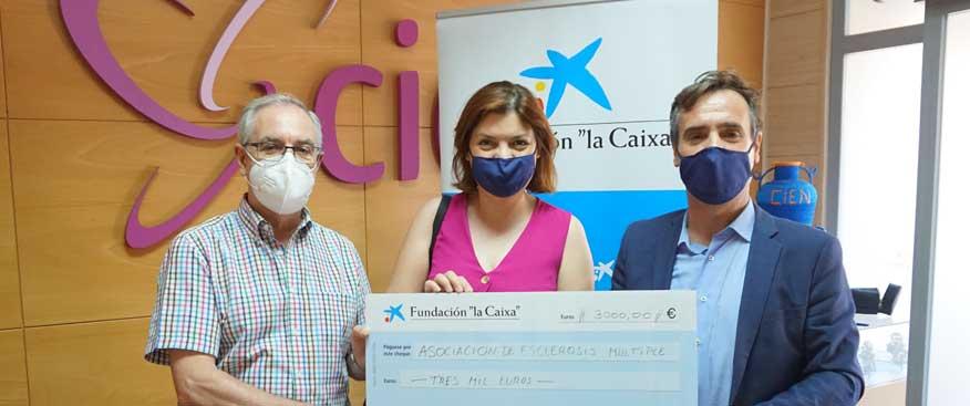 """Obra Social """"La Caixa"""" colabora con la Asociación de Esclerosis Múltiple con 3.000,00 €"""